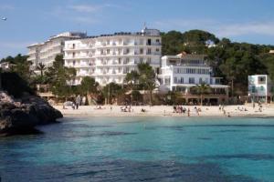 external image of Hotel y Apartamentos Cala Sant...